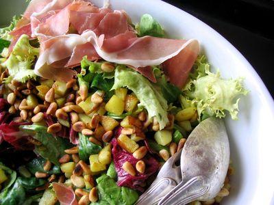 salade aux pignons, pommes de terre et jambon cru